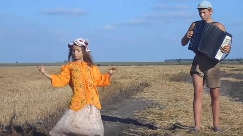 Russisches Geschwisterpaar musiziert und tanzt sich in die Herzen der Welt