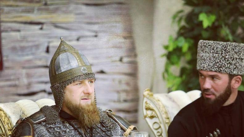 Was ist seine Botschaft? - Kadyrow erscheint in Ritterrüstung zum tschetschenischen Frauentag