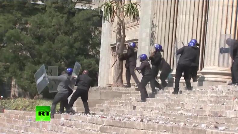 """""""Wir wollen freie Bildung für alle!"""" - Schwere Zusammenstöße an Universitäten in Südafrika"""