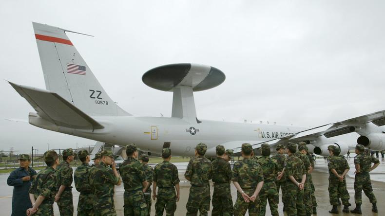 Südkoreanische Luftstreitkräfte schauen auf ein E-3 Sentry AWACS, US-Luftwaffenbasis in Osan, Südkoera.