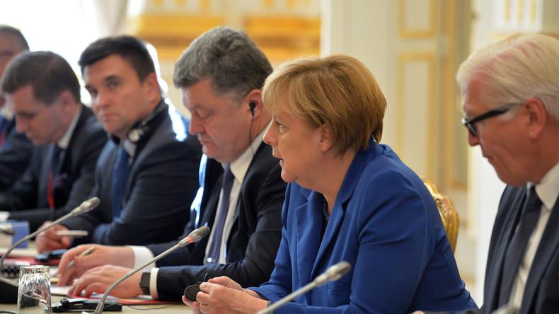 """Bundeskanzlerin Angela Merkel mit der deutschen und ukrainischen Delegation während des Treffens im """"Normandieformat"""" am 15. Oktober 2015 in Minsk."""