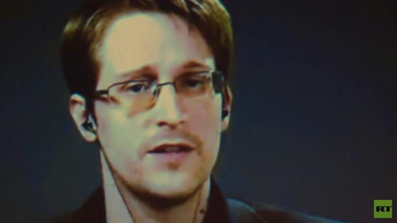 """Edward Snowden zu Gast auf der Berliner Volksbühne: """"Mit besten Grüßen aus Moskau"""""""