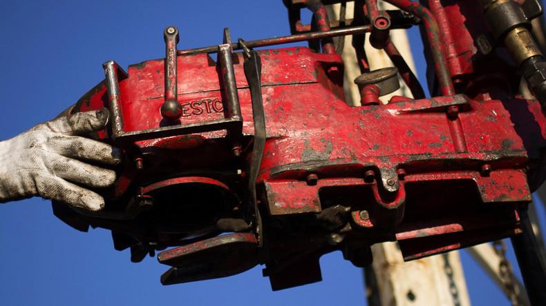 Arbeiter hält eine Bohrpumpe für einen Fracking-Turm, Williston, North Dakota März 2013.