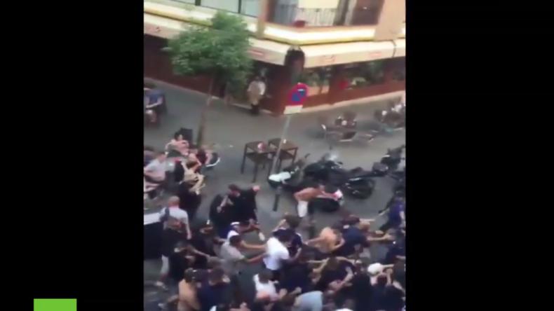 Spanien: Französische Fußball-Hooligans liefern sich Schlägerei mit Polizei in Sevilla