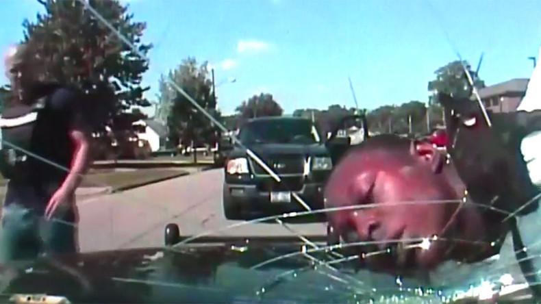 US-Polizist knallt den Kopf eines Festgenommenen gegen Windschutzscheibe bis diese bricht