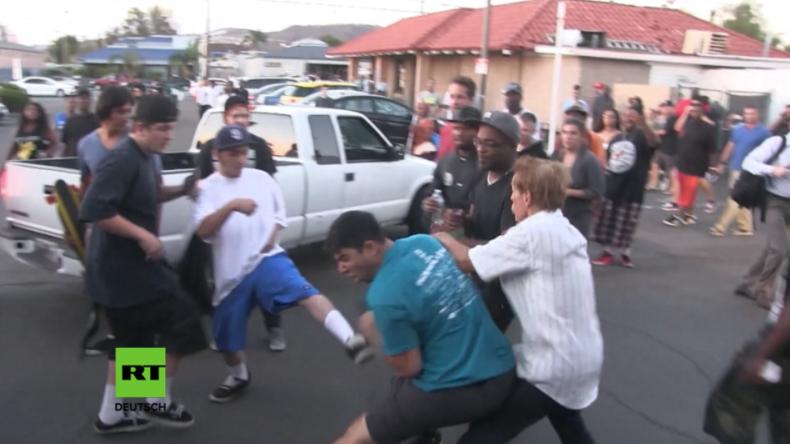 Mann mit Donald Trump-Mütze auf BLM-Protest von Gruppe verfolgt und zu Boden geschlagen