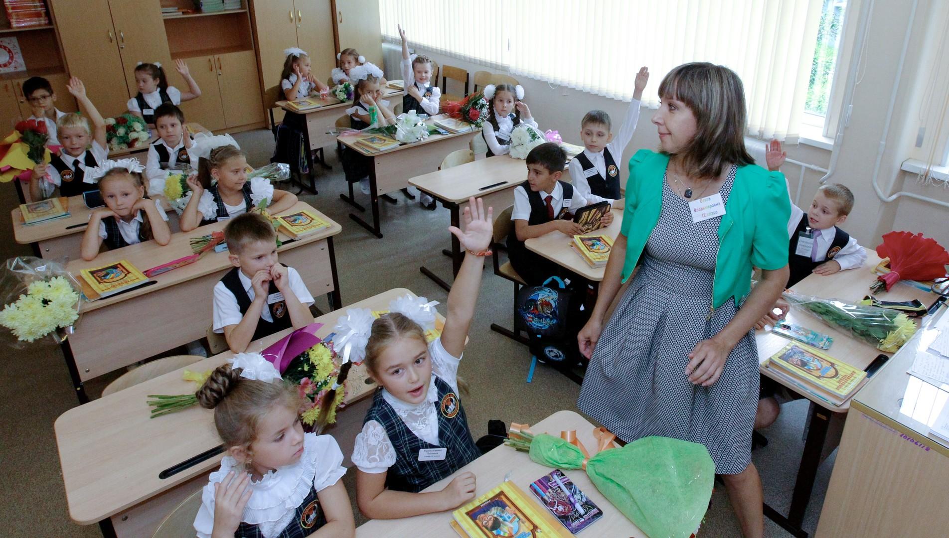 Abc-Schützen und Lehrerin. Gymnasium Nr.2 in Wladiwostok