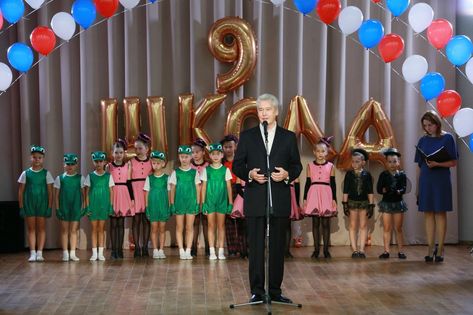 Der Bürgermeister von Moskau, Sergej Sobjanin, besucht das Konzert in der Schule Nr. 9 in Moskau.