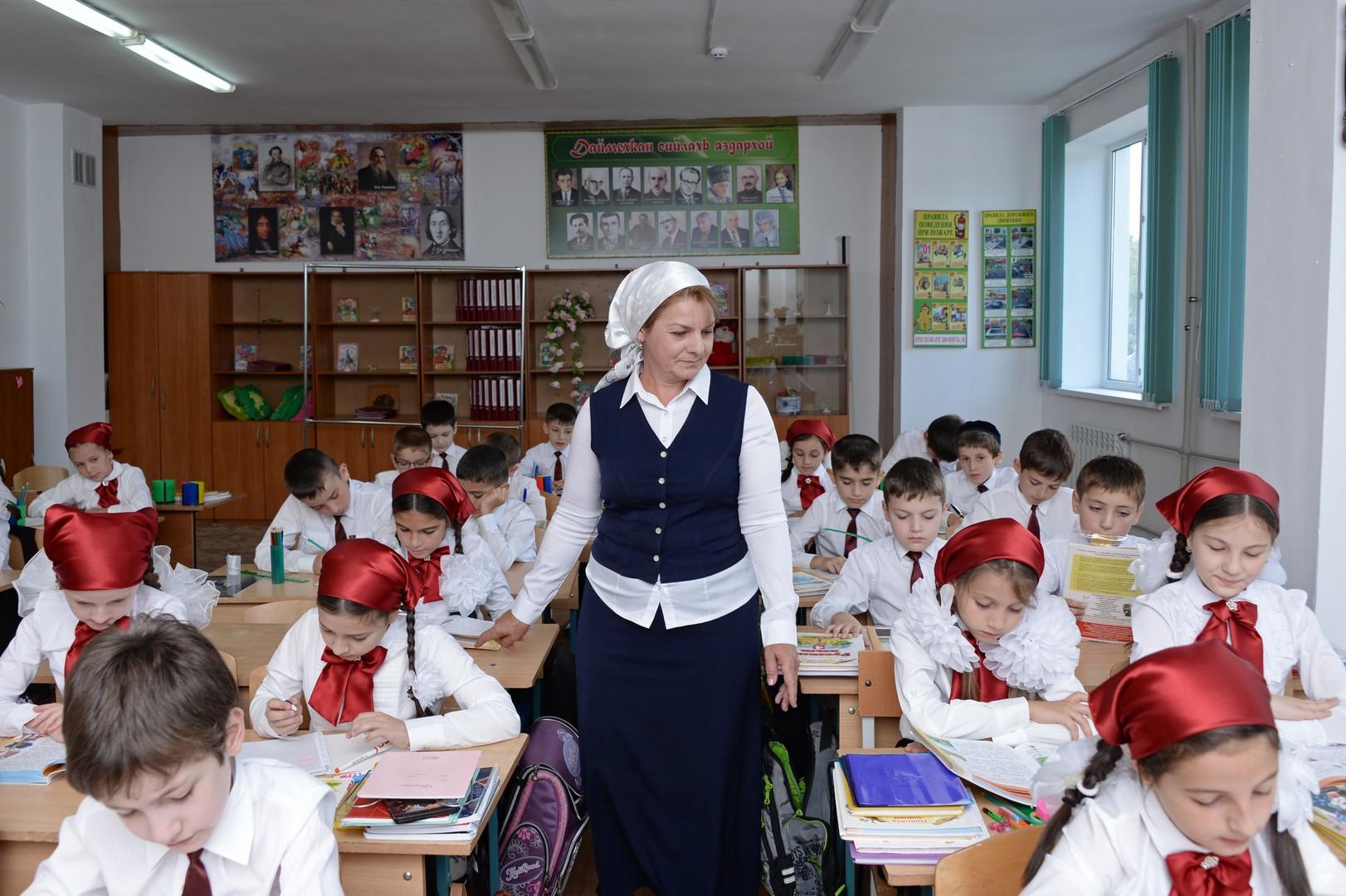 Grundschüler und Lehrerin. Gymnasium Nr. 12 in Grosny