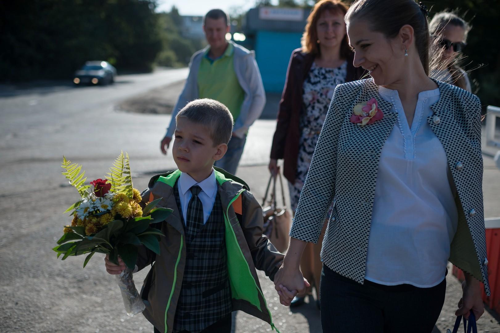 Abc-Schütze mit seiner Mutter. Schule Nr. 46 in Omsk