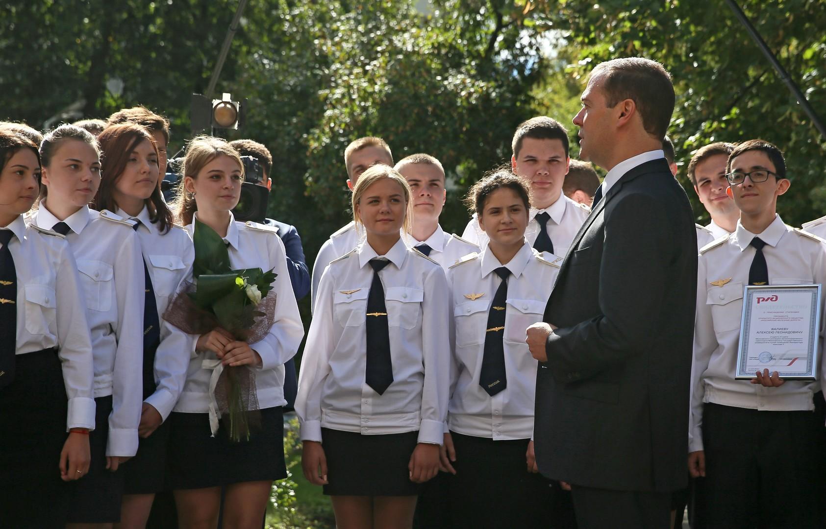 Russlands Ministerpräsident Dmitri Medwedew mit Studierenden der Eisenbahn-College in Moskau