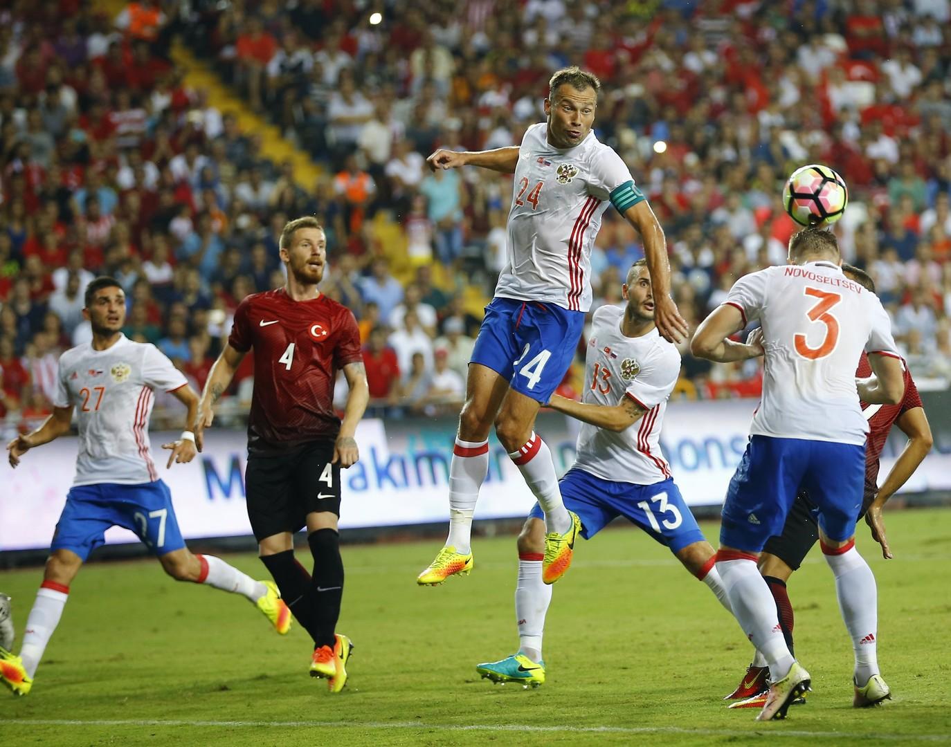 Fußballmannschaften der Türkei und Russlands beim Freundschaftsspiel in Antalya