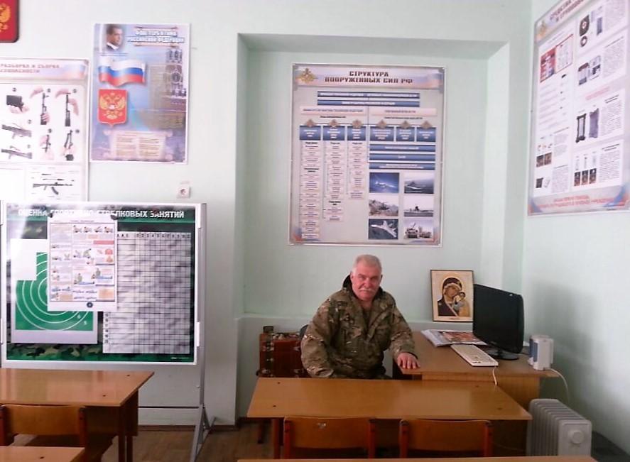 Der ehemalige Offizier, Alexander Iwanowitsch, gibt uns Wehrunterricht.