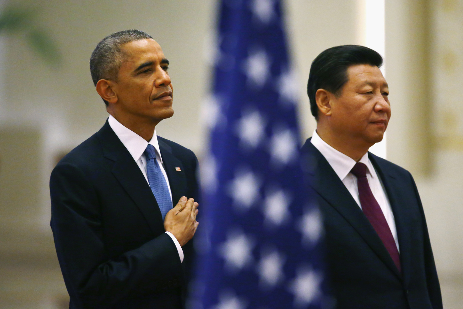 Barack Obama und Xi Jinping stehen hinter einer amerikanischen Fahne in der Großen Halle des Volkes, Peking, November 2014.
