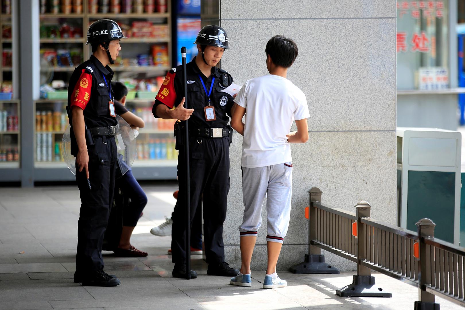 Polizei lässt einen Mann am Bahnhof von Hangzhou sich ausweisen