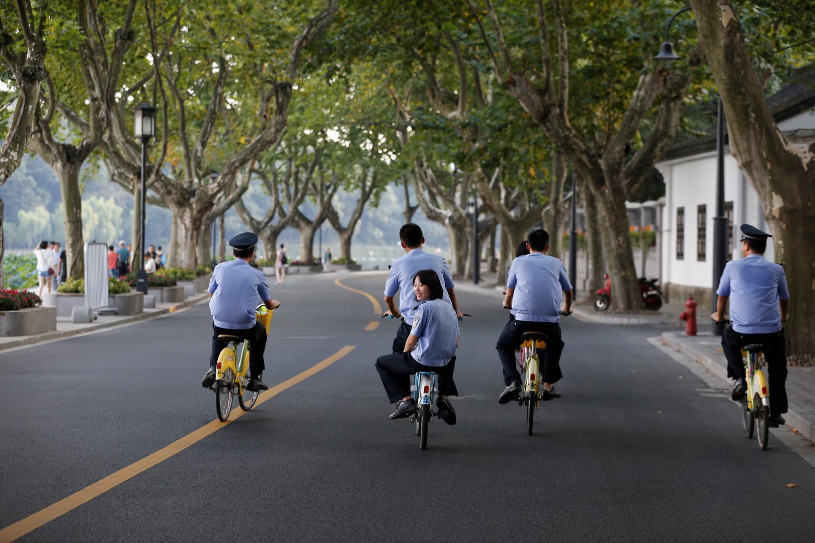 Sicherheitskräfte fahren Rad durch die gesperrte Gegend um den Veranstaltungsort des G20-Gipfels am Westsee bei Hangzhou.