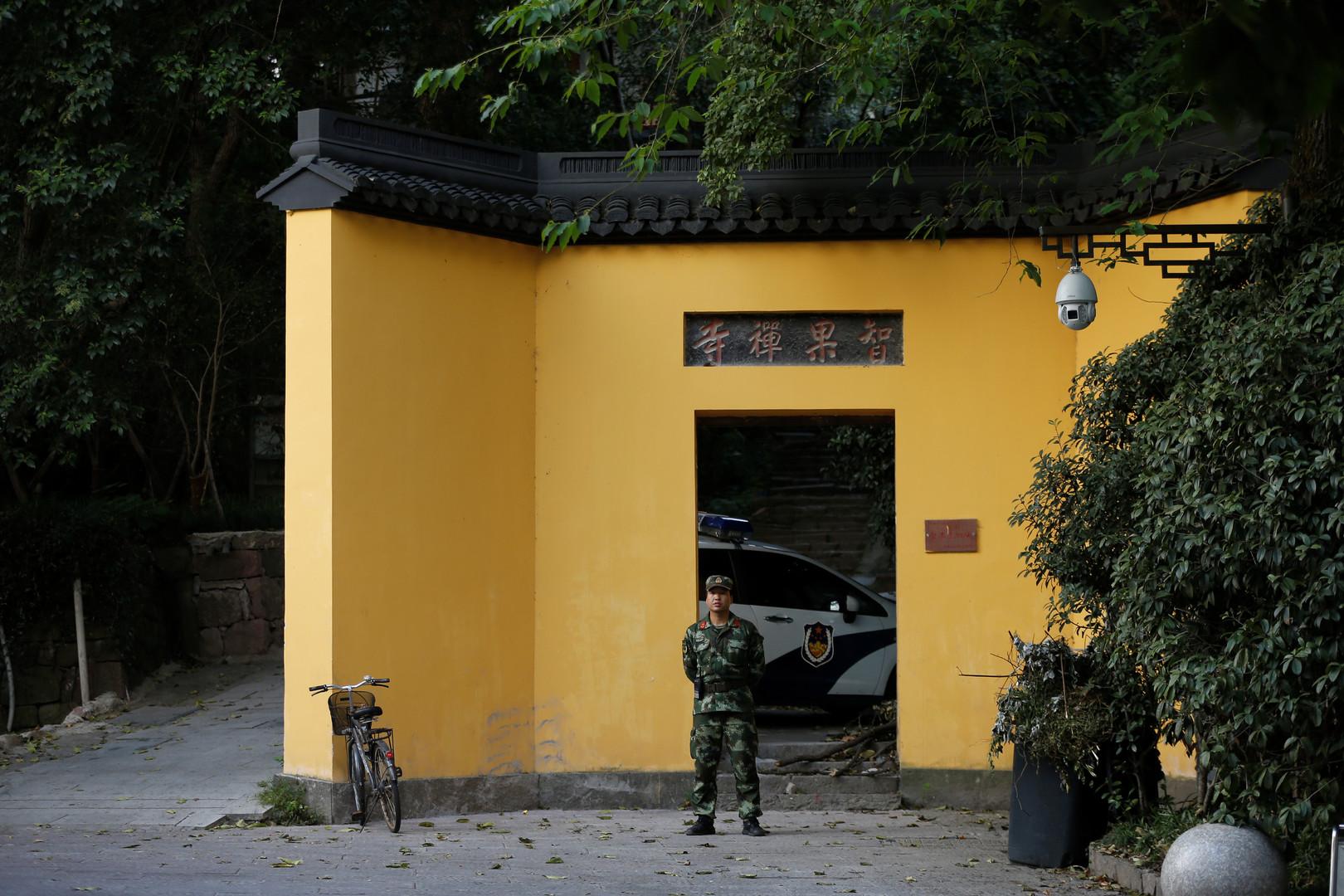 Paramilitär steht vor einem Tempel am Westsee bei Hangzhou