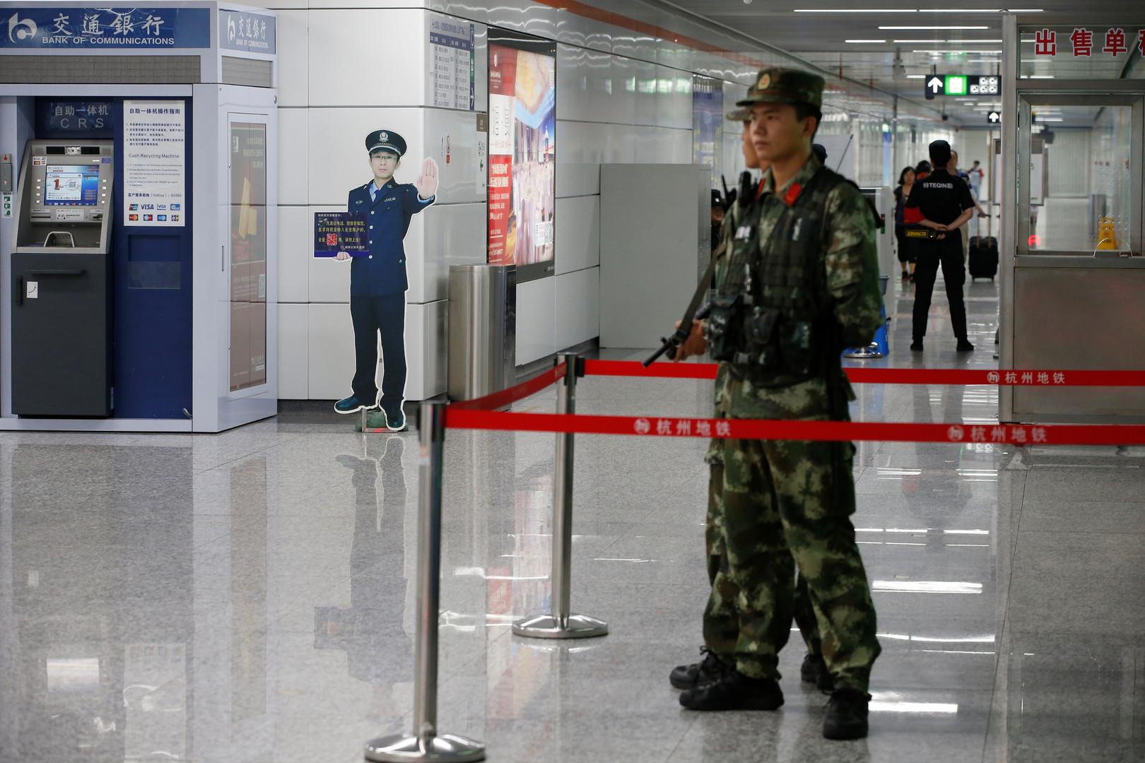 Sicherheitspersonal überwacht eine U-Bahn-Station vor dem G20-Gipfel
