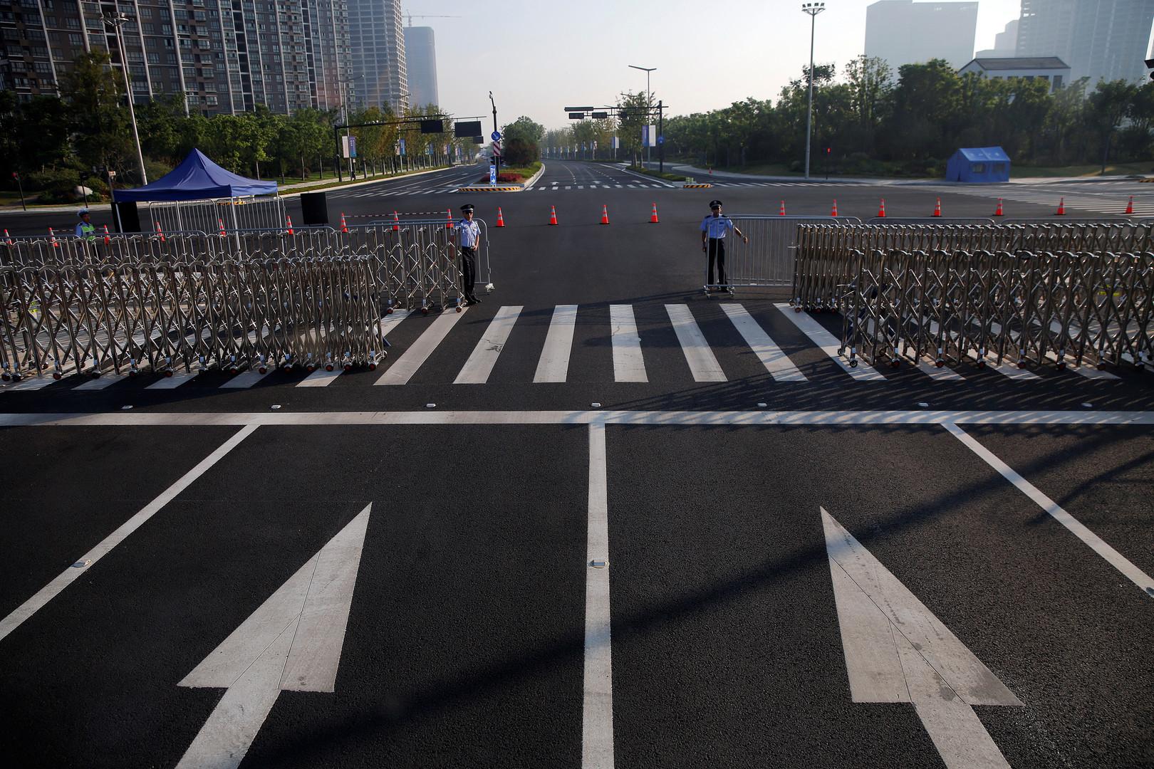 Polizisten überwachen eine Zufahrtstraße zum Veranstaltungsort des G20-Gipfels