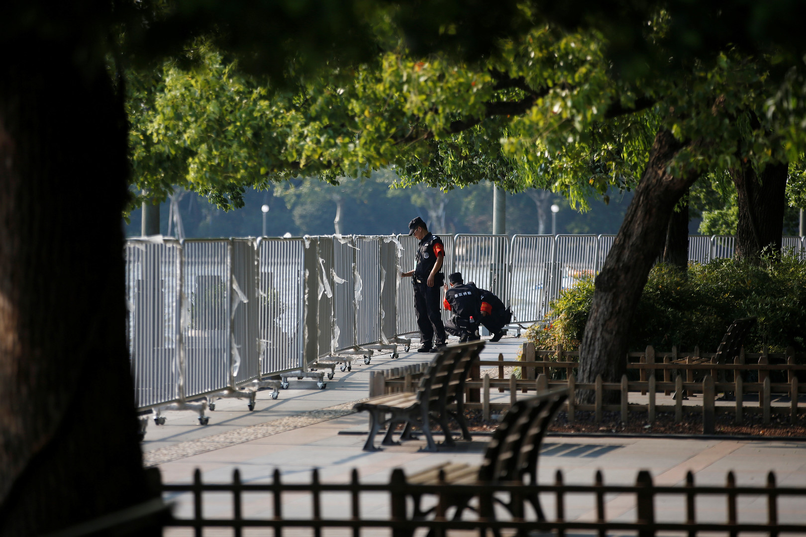 Sicherheitskräfte stellen einen Zaun am Westsee bei Hangzhou auf