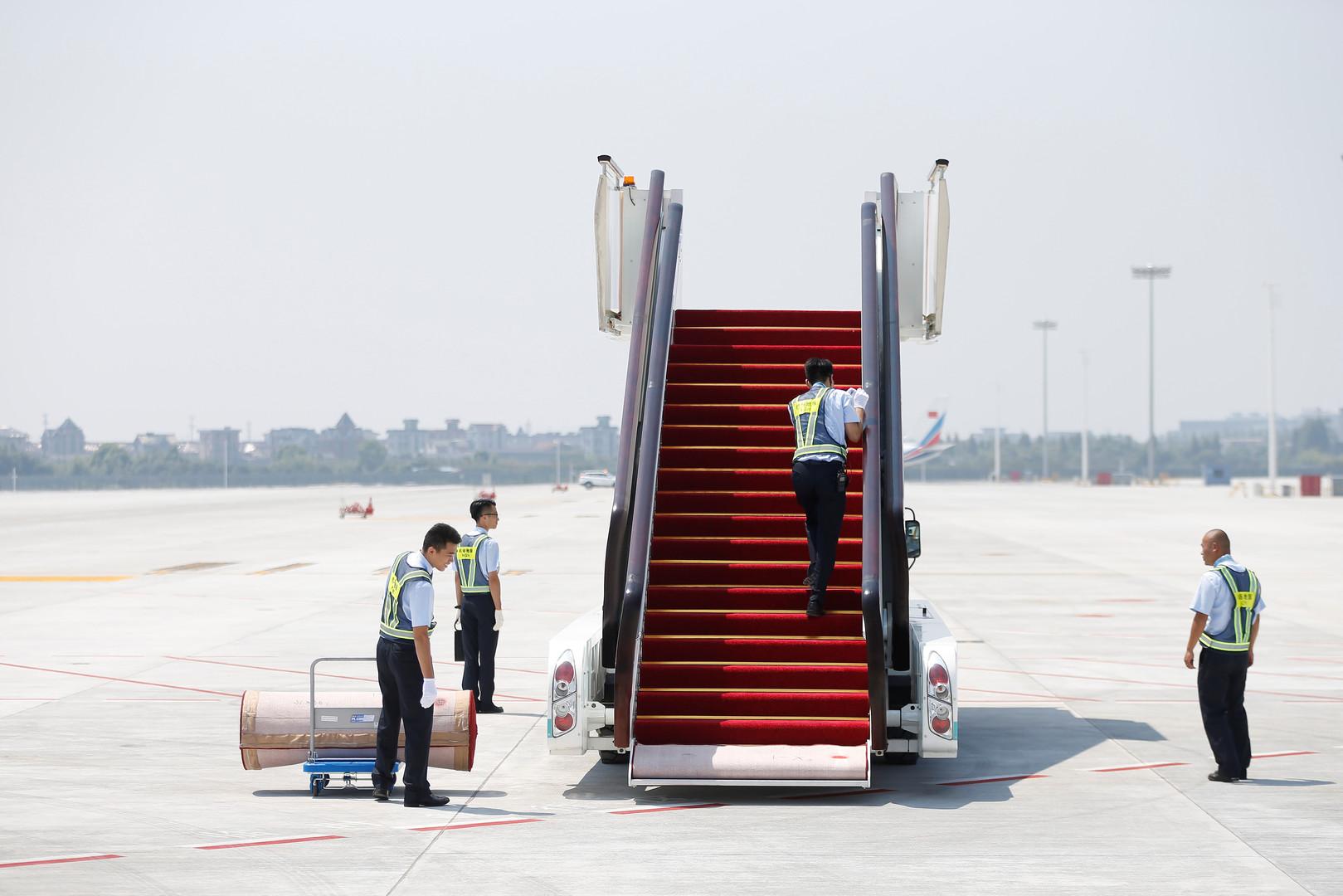 Sicherheitspersonal bereitet sich auf die Ankunft der G20-Teilnehmer an der Flugzeugtreppe im Flughafen Hangzhou Xiaoshan vor