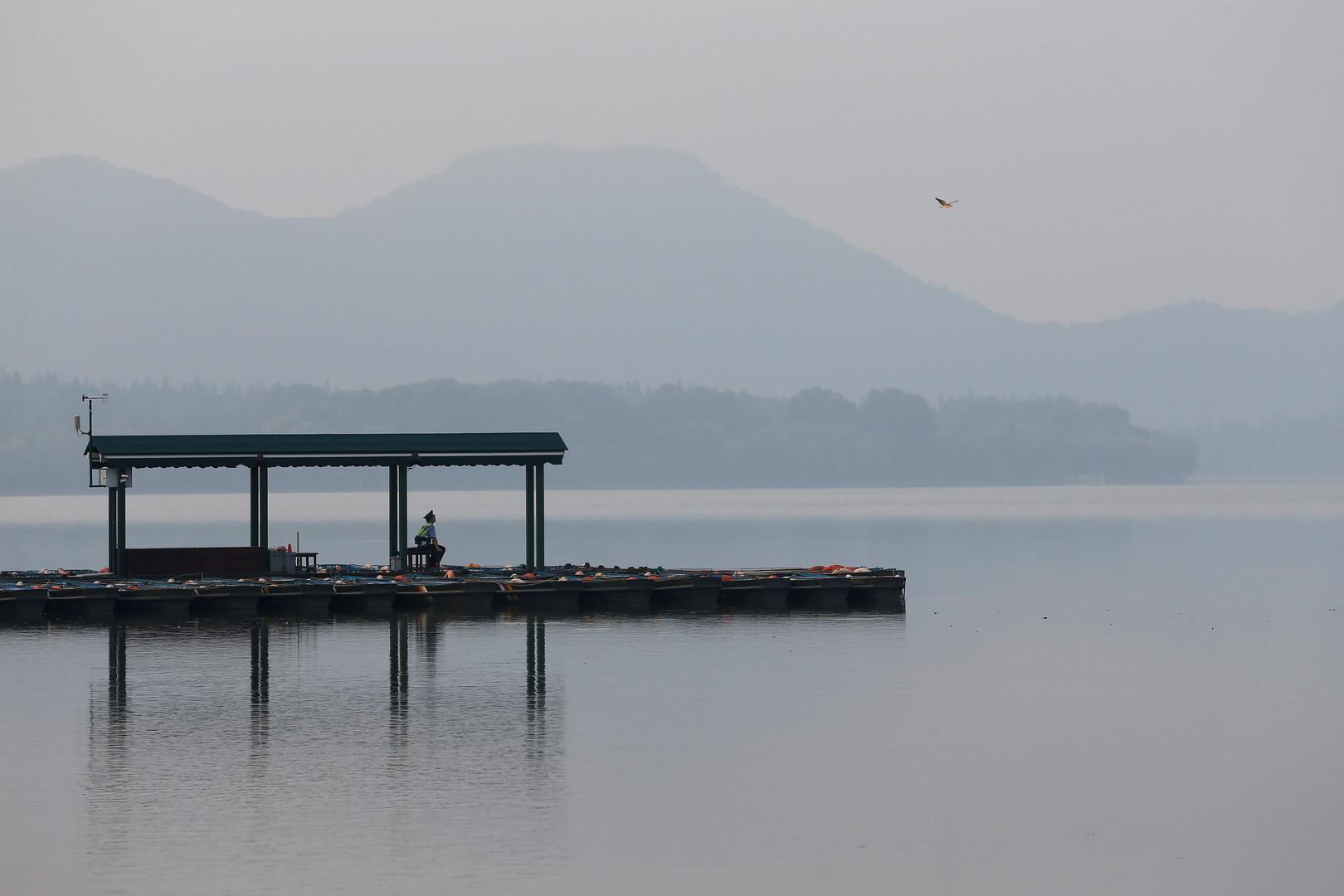 Sicherheitsmann überwacht den Westsee bei Hangzhou
