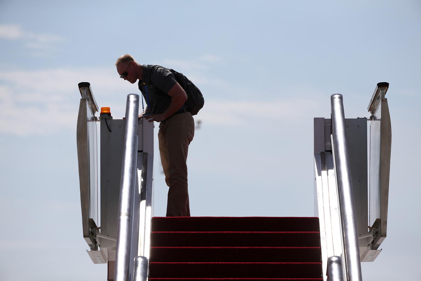 Untersuchung der Flugzeugtreppe vor der Ankunft des US-Präsidenten, Barack Obama