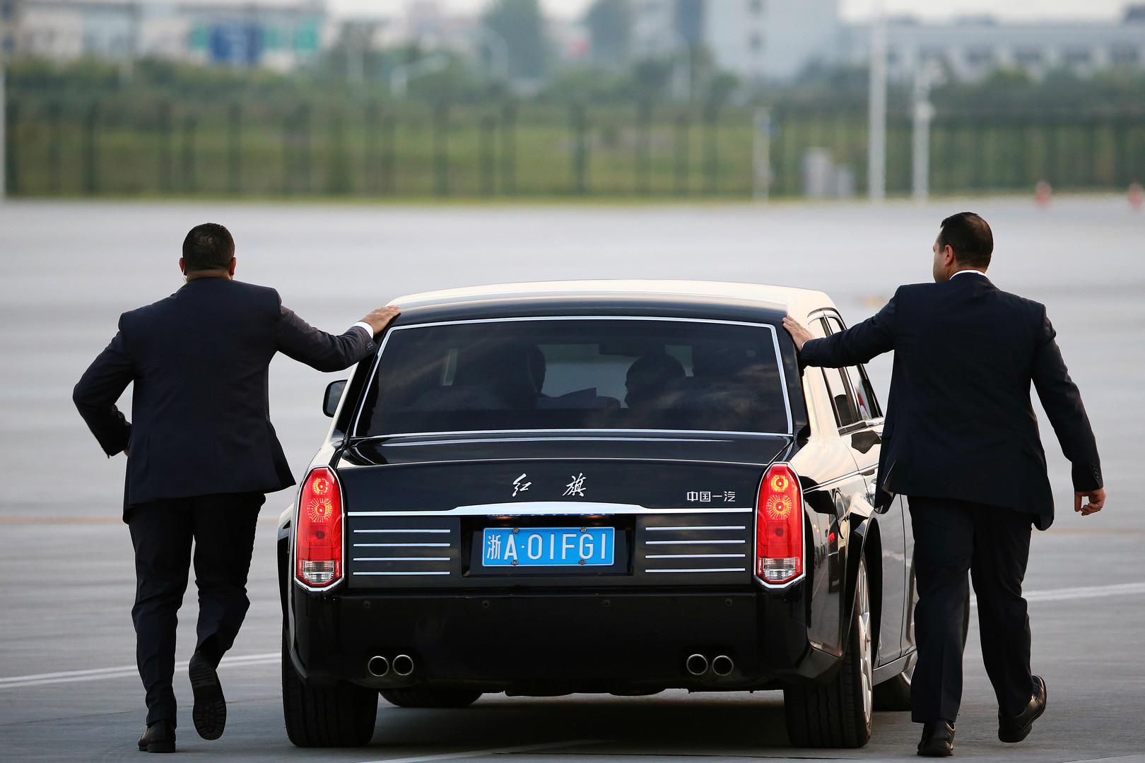 Sicherheitskräfte begleiten das Auto des ägyptischen Präsidenten, Abdel Fattah al-Sisi, nach seiner Ankunft in Hanzhou