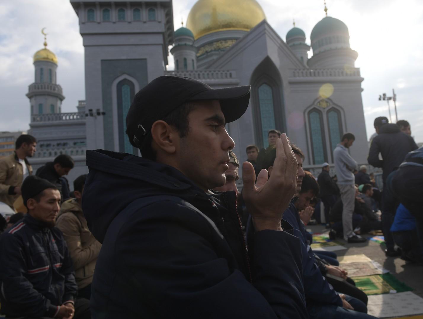 Muslime beten vor der Moskauer Kathedralmoschee