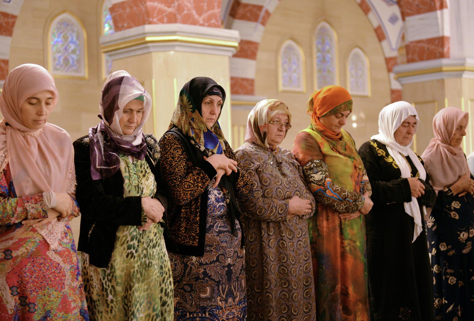 Gläubige Frauen in Grosny
