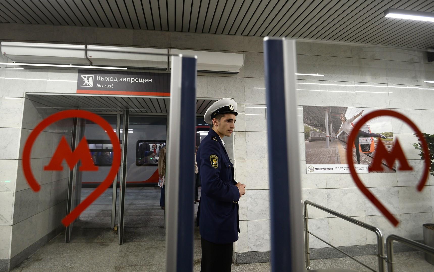 Es dauert noch, bis die Moskauer sich an das neue System gewöhnen. Bei allen Fragen stehen die Mitarbeiter des neuen Eisenbahnrings den Passagieren zur Verfügung.