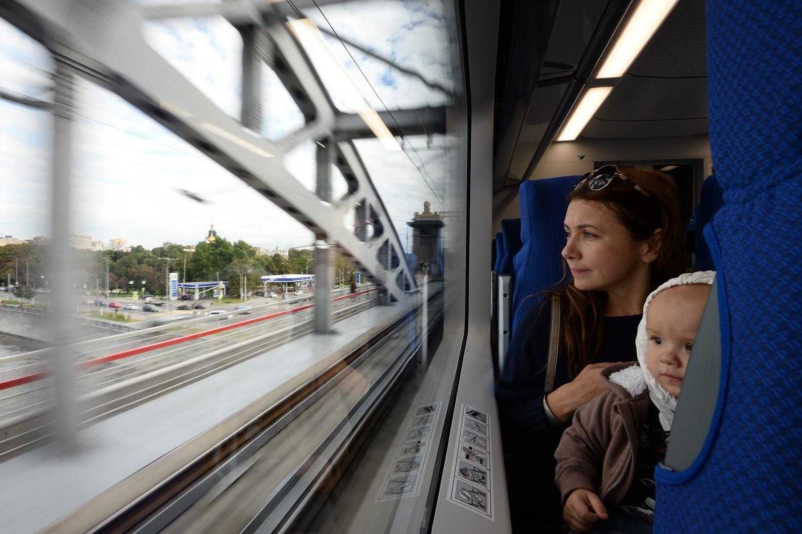 Neue Zügen sind mit Toiletten, Klimaanlagen, Bildschirmen und Stellplätzen für Kinderwagen ausgestattet. Jeder soll es in der neuen Ringbahn bequem haben!