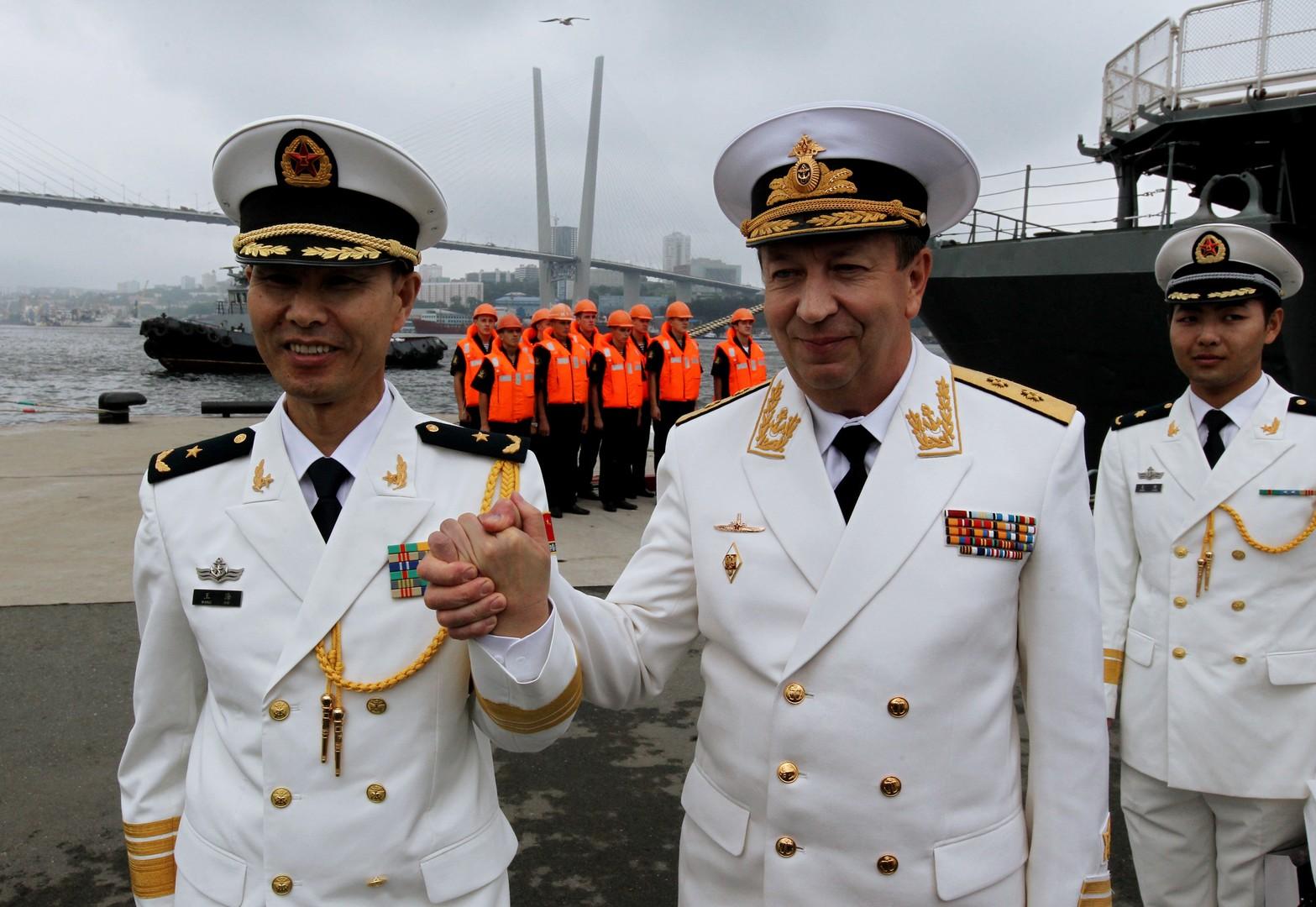 Konteradmiral Wang Hai (China) und Vizeadmiral Alexander Fedotenkow (Russland)