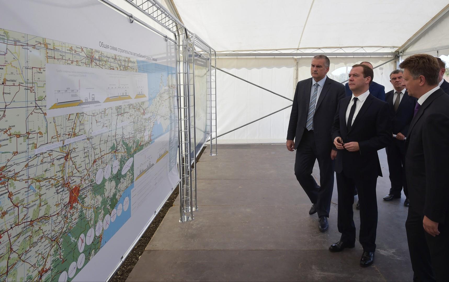 """Dmitri Medwedew sieht sich den Bauplan der Autobahn """"Tawrida"""" an"""