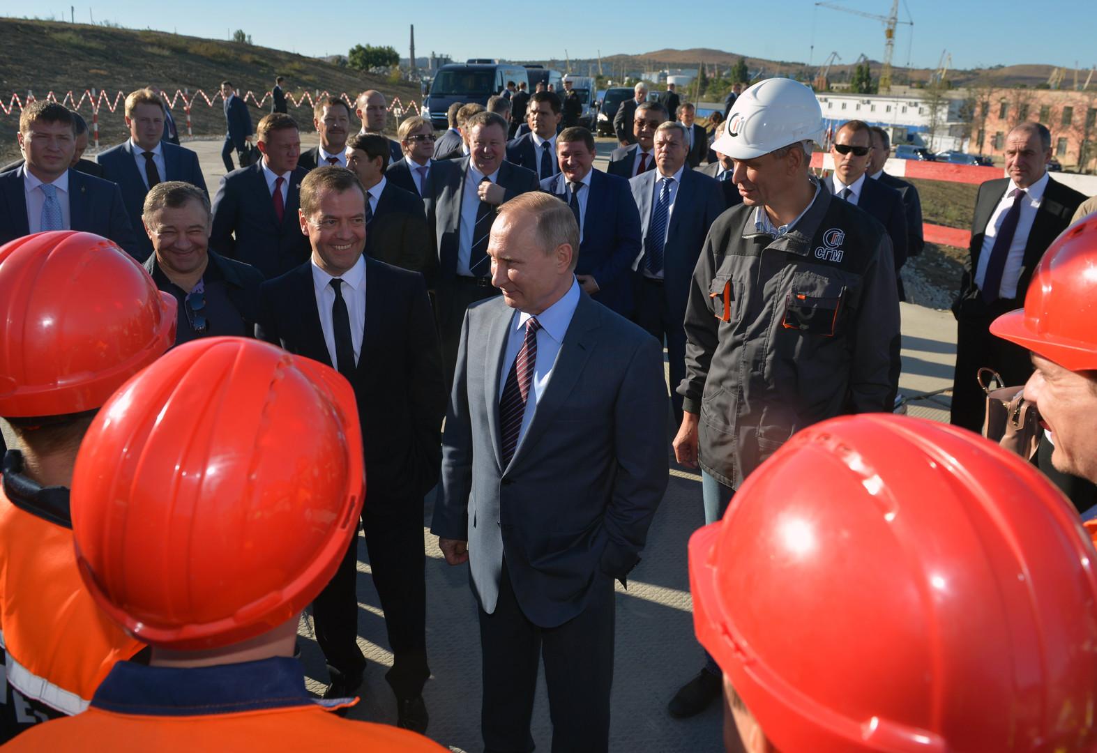 Wladimir Putin und Dmitri Medwedew treffen sich mit Bauern der Brüche über die Straße von Kertsch