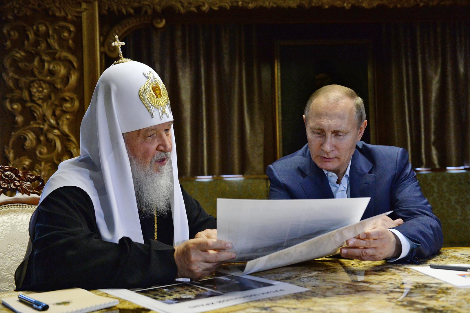 Patriarch von Moskau und ganz Russlands Kirill und russischer Präsident Wladimir Putin während des Gespräches in der Bibliothek des St. Panteleimon Klosters auf dem Heiligen Berg Athos am 28.05.2016