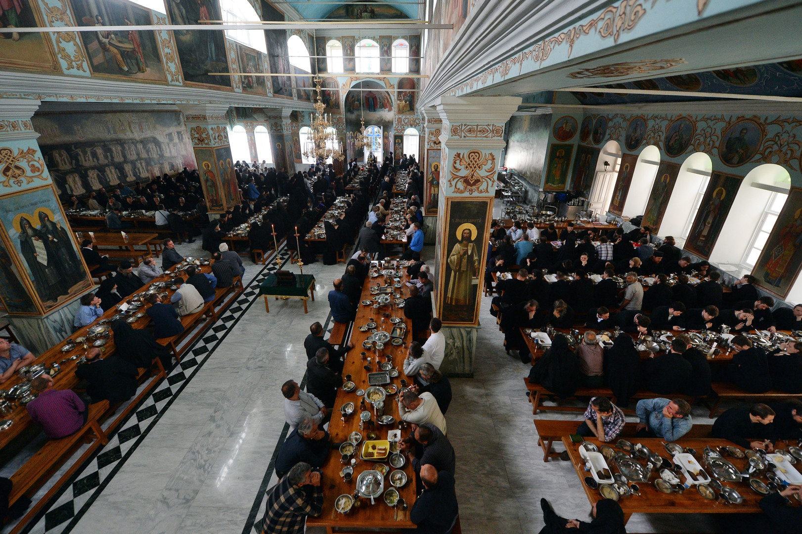Die Gläubigen während der göttlichen Liturgie im Pokrow-Dom im St. Panteleimon Kloster auf dem Heiligen Berg Athos.