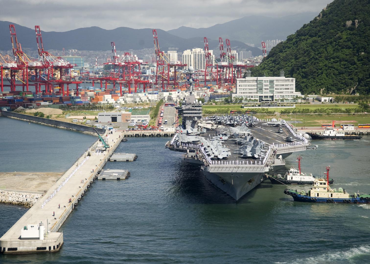 Der Flugzeuträger  USS George Washington auf der US-Militärbasis Osan, Südkorea.