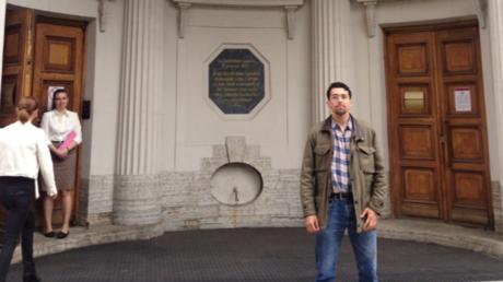 Danilo Flores vor seiner Gastuniversität in St. Petersburg.