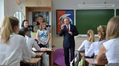 Russlands Präsident Wladimir Putin besucht das Gymnasium Nr.2 in Wladiwostok.