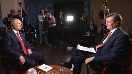 Wladimir Putin im Gespräch mit John Micklethwait. Im Interview mit Bloomberg spricht der Präsident der Russischen Föderation unter anderem über das Verhältnis zu China, den Ölpreis und über weltweite Hackerangriffe.