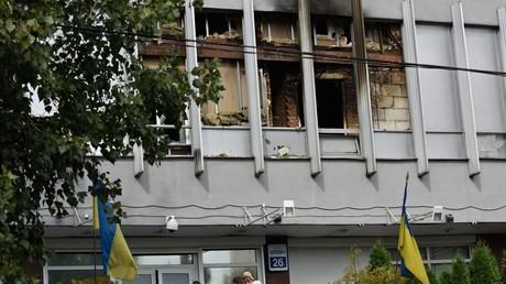 Ein nationalistischer Mob setzt in der Ukraine einen oppositionellen TV-Sender in Brand. Während Präsident Poroschenko den Akt scharf verurteilt, sieht man im Umfeld des Innenministers das Problem eher in der politischen Ausrichtung des Senders.