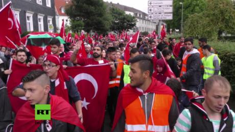 Hunderte Türken demonstrieren in Remscheid gegen Putschversuch in der Türkei