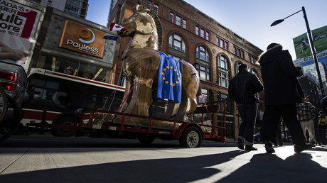 Protest auch in Kanada: CETA als risieges trojanisches Pferd auf den Straßen Torontos.