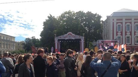 Die Immatrikulationsfeier für Erstsemester auf dem Akademiker-Sacharow-Platz