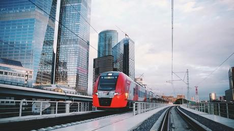 Auf dem Kleinen Ring wird der Zug Lastotschka (Schwälbchen) eingesetzt, der zirka 1.200 Passagiere aufnehmen kann. Die Züge fahren im Sechs-Minuten-Takt ab. Endlich eine Entlastung für die U-Bahn!