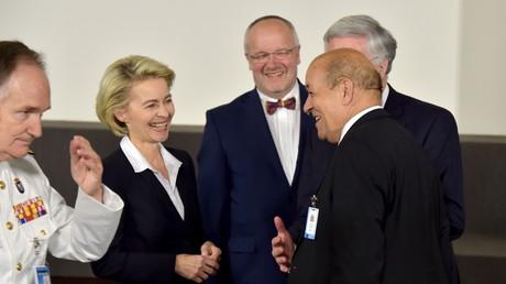 Die deutsche Verteidigungsministerin Ursula von der Leyen im Gespräch mit ihrenm französischen Kollegen Jean-Yves Le Drian (rechts).