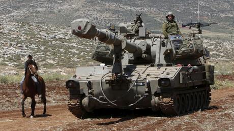 Ein palästinensischer Bauer neben einem israelischen Panzer bei einer Operation der israelischen Armee in der West Bank, Khirbit, Nablus, Mai 2015.