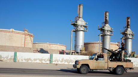 Die Wiederaufnahme von Erdölexporten sei für Libyen zwar eine Chance, meint Handelskammerpräsident ben Muftah. Westliche Staaten wie Frankreich könnten jedoch die Teilung Libyens vertiefen wollen, um das eigene Energiemonopol in Afrika zu wahren.