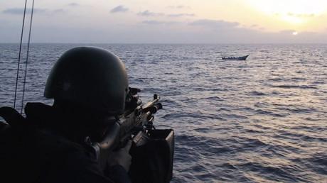Schwedischer Marinesoldat  auf der Korvette HMS Malmo richtet sein Maschinengewehr gegen die imaginierten russischen Invasoren.